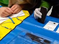 Die sogeannten Erdungs-Matte - dort klemmt sich der Handy-Reparateur gegen statische Aufladung an