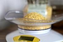 Lupinenschrot für Joghurtbereitung abwiegen