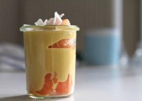 Geschichtet: Mandarine, Lupinenjoghurt mit Orangenschalen und Süssmittel aromatisiert, obenauf Kokoschips