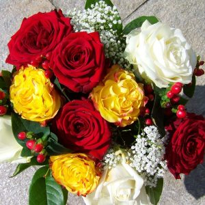 4 stems of red roses,3 stems of yellow roses,2 white stems of white roses mixed with gypso and berries.
