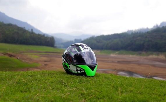 Miglior casco integrale casco nero e vede su prato