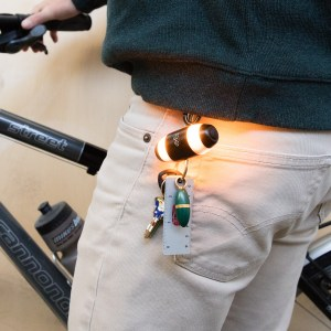 luces indicadoras de cambio de dirección para ciclistas WingLights Mag como llavero colocada en el pantalon