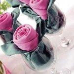 Cómo doblar servilletas para ocasiones especiales formando rosas de tela