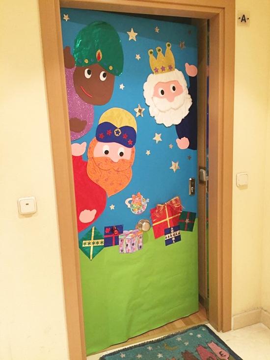 Idea de decoración navideña para puertas: mural de los Reyes Magos