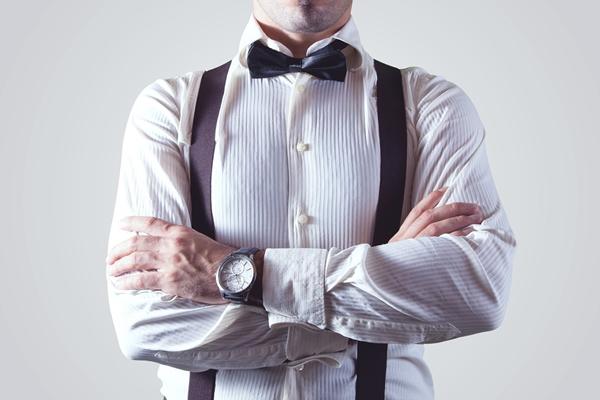 Los hombres que cuidan los detalles y su imagen suelen gustar de pajaritas y tirantes.