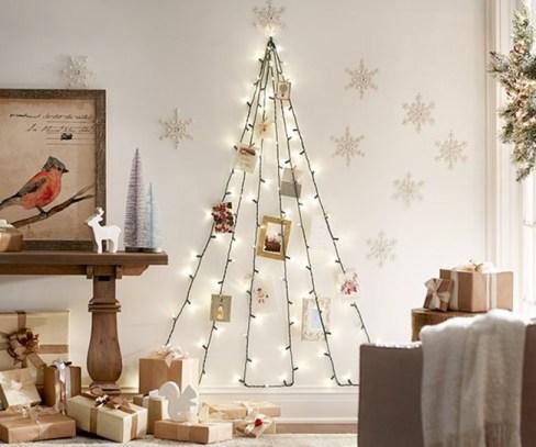 Arbol de Navidad plano con guirnalda de luces navideñas.