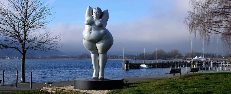 Sculpture d'une personne obèse