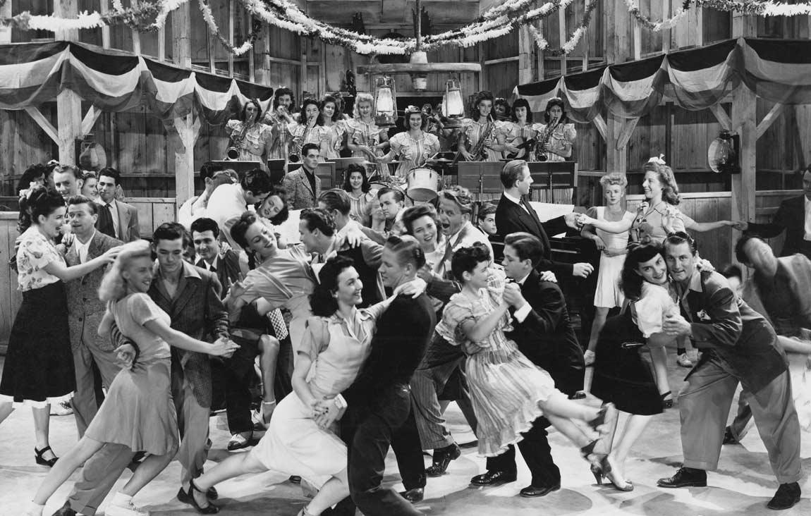 Photo noir et blanc d'une fête avec orchestre où tout le monde danse