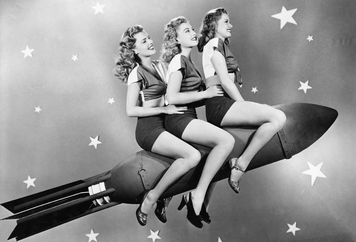 Photo noir et blanc de trois femmes sur une fusée