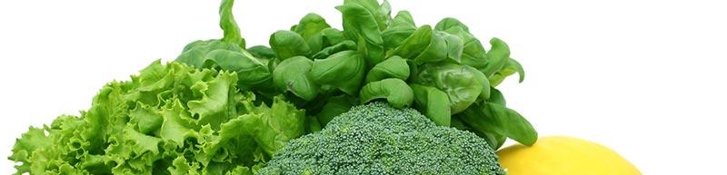 Détail d'une photographie de légumes verts crucifères, brocoli, épinard, aliments riches en fibres alimentaires