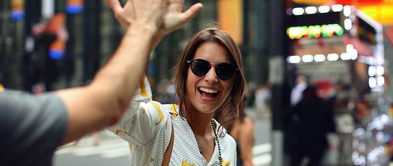 Femme souriante qui sourit et qui rit, tapant dans la main son coach grâce auquel elle a retrouvé la joie de vivre et le bonheur d'être bien dans sa peau parce qu'elle a réussi à perdre du poids.