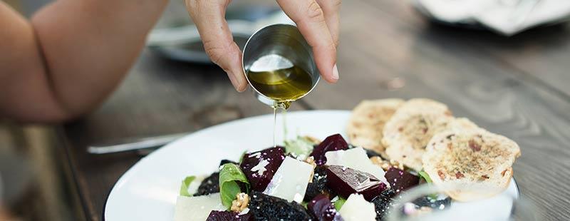 Huile d'olive, matière grasse sur une salade de légumes pour perdre du poids