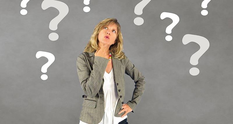 Femme blonde qui s'interroge et laisse faire le hasard pour perdre du poids