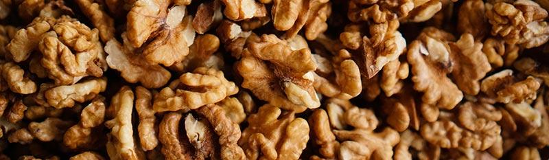 Photographie en couleur et en gros plan de cerneaux de noix en vrac sans leurs coques