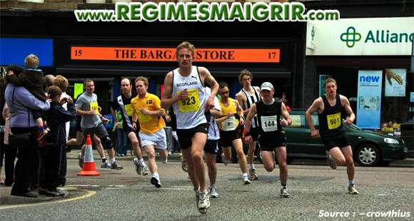 Des coureurs en train de faire des efforts dans le cadre d'un semi-marathon