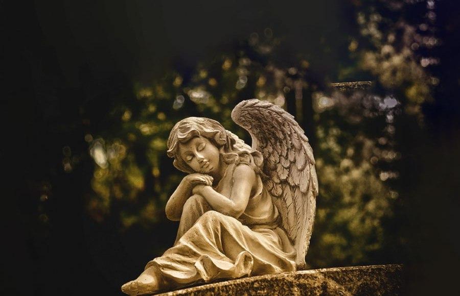 Gli angeli di Dio custodi di ogni uomo, svolgono 24 ore su 24 il loro compito di protettori. Non smettono di
