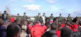 Symbolbild Polizei Reiterstaffel und Fußball-Fans