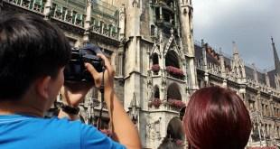 Touristen vor dem Rathaus in München
