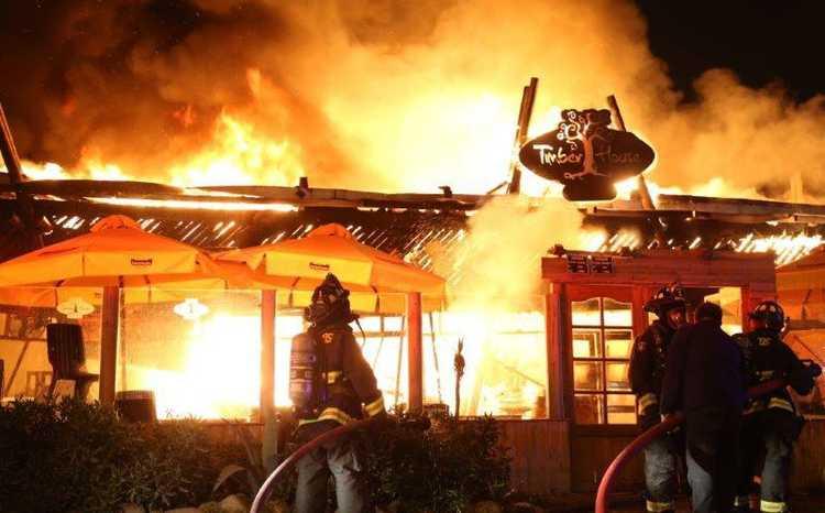 Incendio consumió la totalidad de reconocido restaurante de la Avenida del Mar
