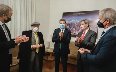 Uñac distinguió al presidente de la Fundación Banco San Juan por su aporte a la educación y la cultura