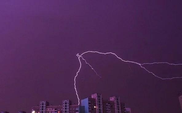 Фото дня: ефектні знімки блискавки в небі над Києвом