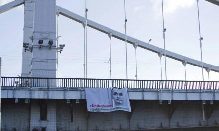Воля Путіна чи сміливість? У Москві на Кримському мосту повісили банер з портретом Сєнцова