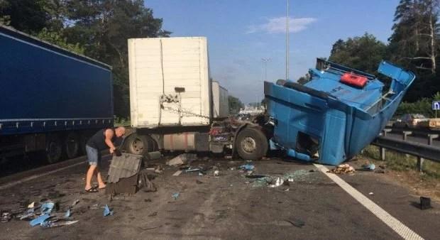 Пробка в 5 км. на выезде из Киева, из-за столкновения 2 фур погиб человек – видео
