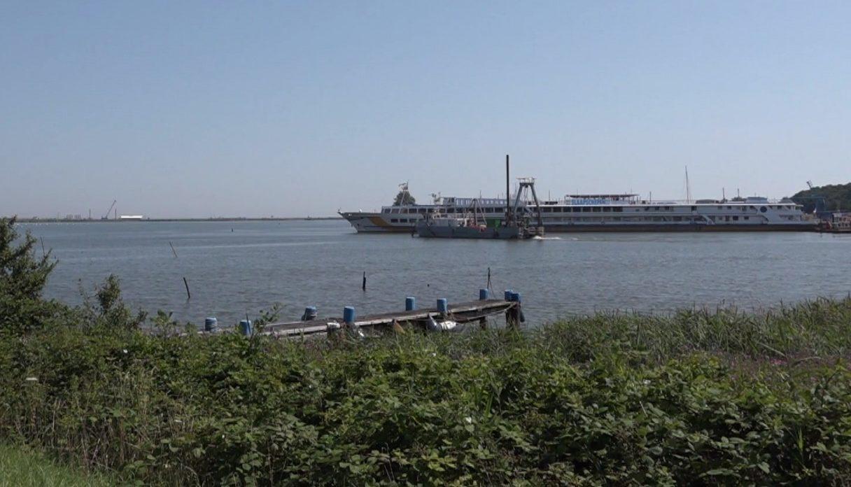 Een hotelboot in Den Oever in 2019.