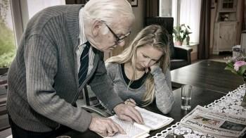 Meneer van Hoof doet een puzzle met een meedenkende ambtenaar (DHfoto)