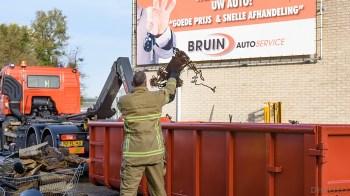 De oud ijzerbak bij Jos Bruin mocht leeggehaald worden (DHFOTO).