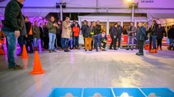 Wethouders Wouters en De Vrij verwikkeld in een sjoelwedstrijd (DHfoto)