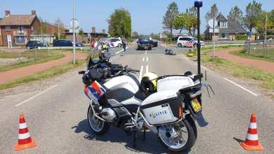 Photo of Aanrijding motor en auto op kruising Breezand