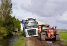 Photo of Vrachtwagencombinatie bijna te water