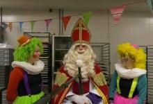 Photo of Pietjes helpen de Sint in de Dunselman Chocoladeletterfabriek (video)