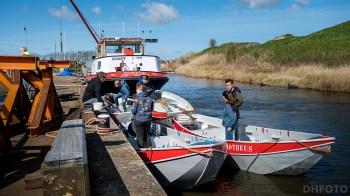 Met elkaar de boten vaarklaar maken (DHfoto)