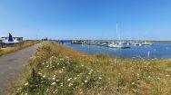 Naast de visserij is er ook een jachthaven in Den Oever