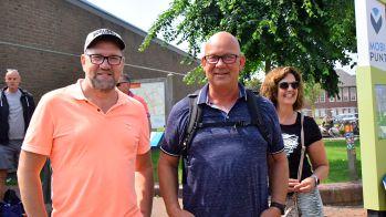 Ronald Grippeling (midden) is degene die de busrit naar hoek van Holland organiseert.