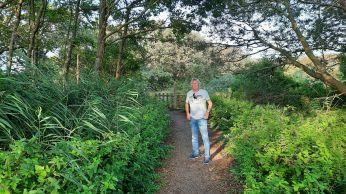 Het paadje naar het Botenhuis is een groene oase.