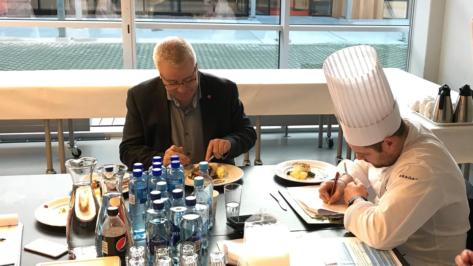 Landbruks- og matminister Bård Hoksrud prøver seg som smaksdommer sammen med Christopher W. Davidsen, som til daglig er kjøkkensjef på Britania Hotel.