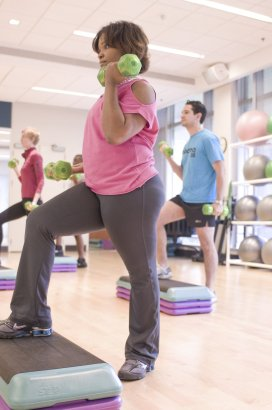 17372-men-and-women-performing-aerobic-exercises-2