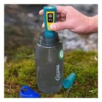 Menggunakan pembersih sinar ultraviolet untuk mensterilkan air dalam botol
