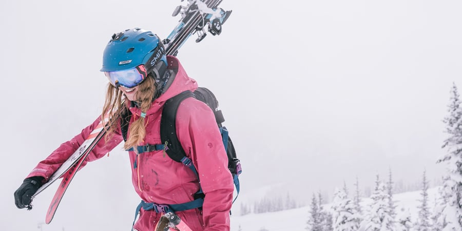 seorang pemain ski yang mengenakan ransel olahraga salju