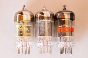 3 válvulas 12ax7: Uma Electro-Harmonix, uma Mullard e uma RCA