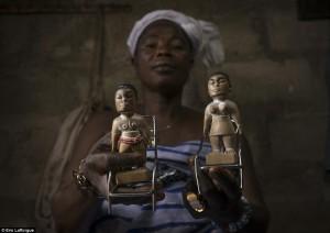 Gantikan Anak Yang Mati, Suku Di Afrika Buat Boneka Voodoo