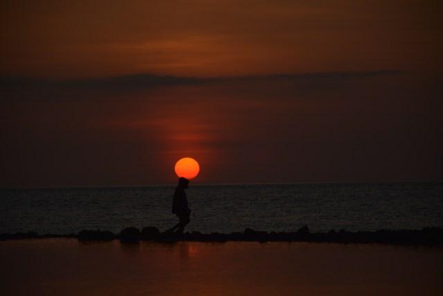 Foto Menikmati Sunset Di Pantai Kawaliwu, Flores Timur