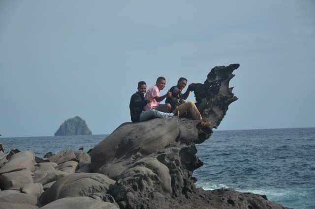 Foto Keindahan Hamparan Bebatuan Di Pantai Wai Uhe (Batu Roti)