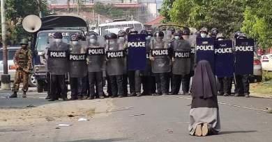 Suster Ann Nu Thawng Berlutut Di Depan Polisi Myanmar Memohon Agar Mereka Tidak Menembaki Pengunjuk Rasa