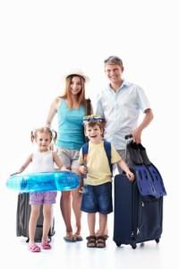 Family-Reisen - Eine Famile mit gepackten Koffern