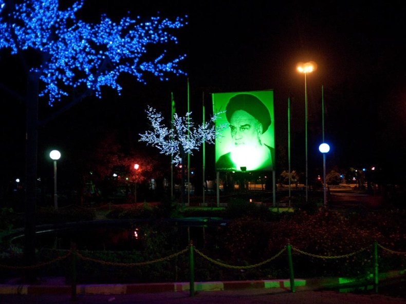 Missbilligend blickt der Ayatollah auf meine Füße