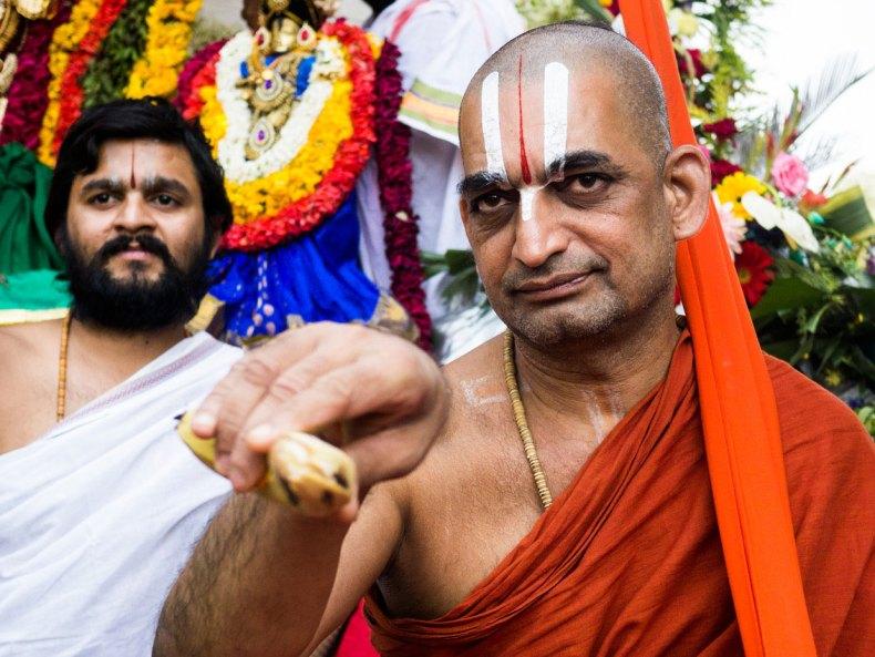 Als mich Seine Heiligkeit Sri Sri Sri Tridandi Srimannarayana Ramanuja Chinna Jeeyar Swamiji mit einer Banane segnete